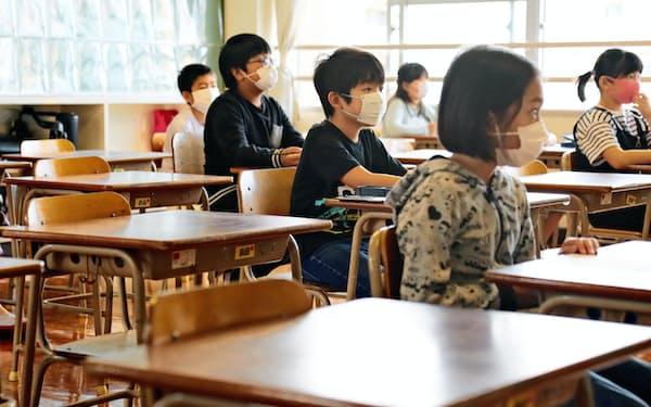 席の間隔を空けるため、1つの学級を2つに分割して再開した東箱崎小(福岡市)