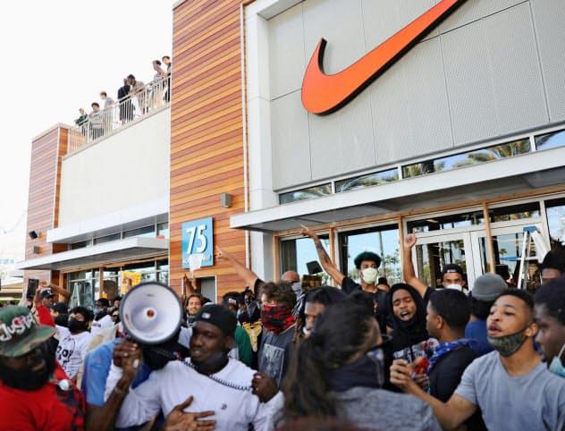 スポーツ用品大手ナイキの店舗前に集まるデモ参加者(1日、米カリフォルニア州)=ロイター