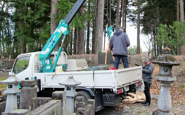 栃木県日光市の墓地での墓石撤去の様子=NPO法人やすらか庵提供