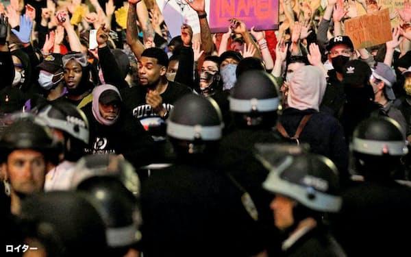 黒人差別に反対する抗議活動が続いている(2日、ニューヨーク市)=ロイター