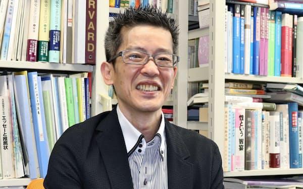 せちやま・かく 63年生まれ、奈良県出身。米ハーバード大客員研究員などを経て東京大教授。専門はジェンダー論。著書に『東アジアの家父長制』など。