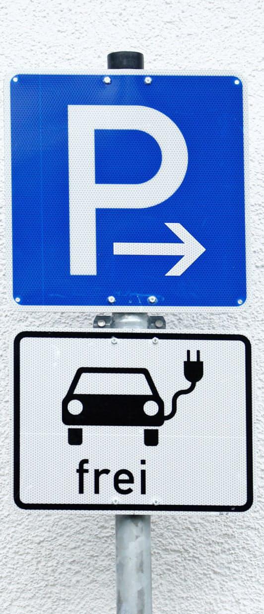 独仏は景気刺激策でEVを優遇し普及を促す(EV専用駐車場を示す標識)=ロイター