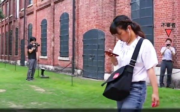 愛知県警は「歩きスマホ」の危険性を訴える動画を作成し、「ユーチューブ」に公開した