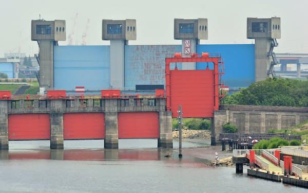 奥の岩淵水門から隅田川が始まる。手前は稼働を終えた旧水門