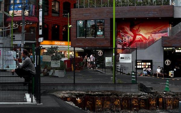 小田急線が地下化し、再開発が進む下北沢。かつて食品市場があった駅前は広場にかわりつつある=山口朋秀撮影