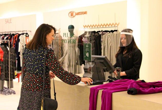 百貨店フェニックは店員にフェースシールドを着用させ、会計場所にアクリル板を設置(15日、ロンドン)