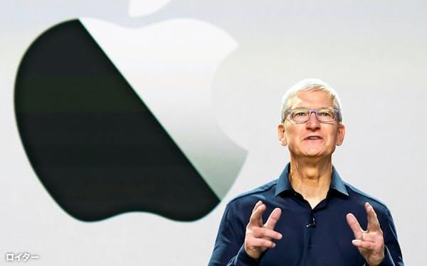 年次開発者会議で基調講演するアップルのクックCEO=ロイター