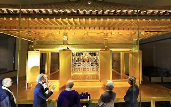金色堂。18年に専門委員会が保存状態を調査し、金箔の剥離などが確認された