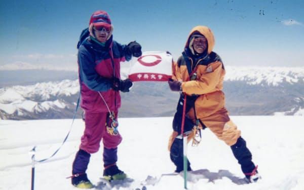 中央大山岳部の学生とチベットの7000メートル峰チョムカンリの登頂に成功した(左が猪熊さん)