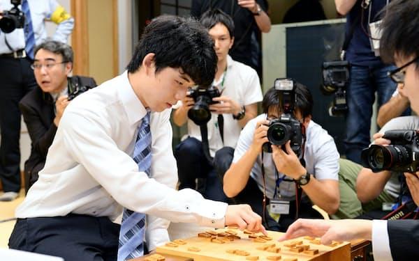 29連勝を達成した直後の藤井四段、東京都渋谷区の将棋会館