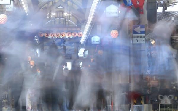 京都の繁華街、新京極。主人公の「腕の神経痛の男」は行き交う人がすべて白骨である光景を思い浮かべた=松浦弘昌撮影