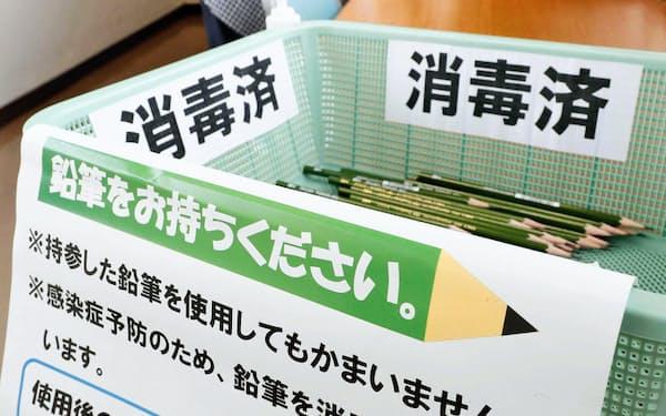 感染防止のため、東京都知事選の期日前投票所に置かれた消毒済みの鉛筆(19日、江戸川区役所)