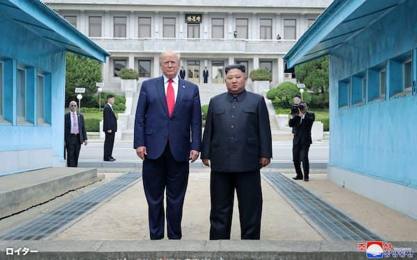 2019年6月30日、板門店で対面するトランプ氏(左)と金正恩氏=ロイター