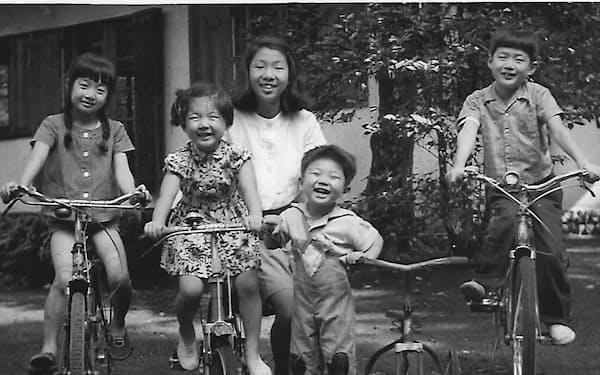 2人の姉、兄と軽井沢で(中央手前が渡辺さん、中央奥の女性はお手伝いさん)