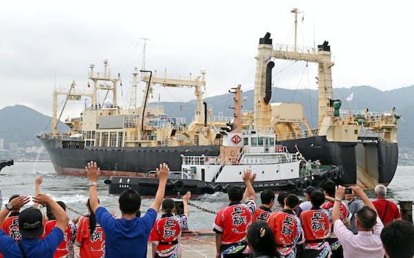 19年7月1日、商業捕鯨が再開し、声援を受けながら下関港を出る日新丸