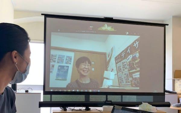 ロボットを通じて離れた人に話しかける(6月、新潟市の嘉部さんをオンラインでつないで撮影)