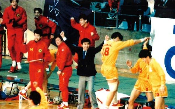 ハンドボール部は1988、89年と日本一にもなり、社内は活気づいた。中央のジャケット姿が部長の渡辺さん