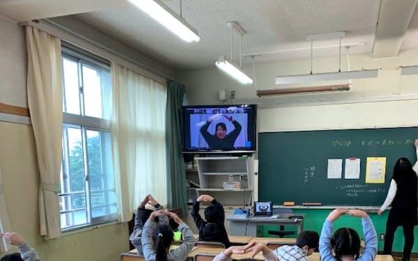 家庭でオンライン授業が受けられない児童は登校して授業を受けた(東京都福生市)