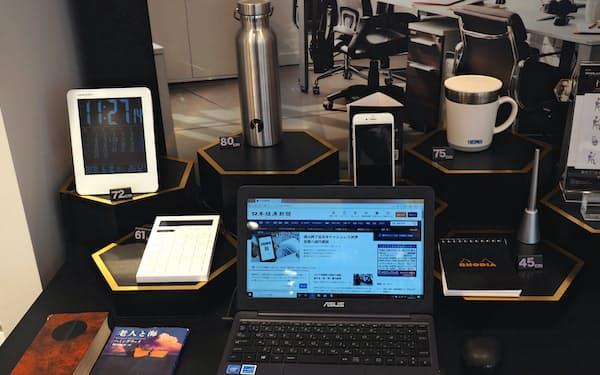 伏見眼鏡店のディスプレー。道具が机の上の様々な距離に配置されている