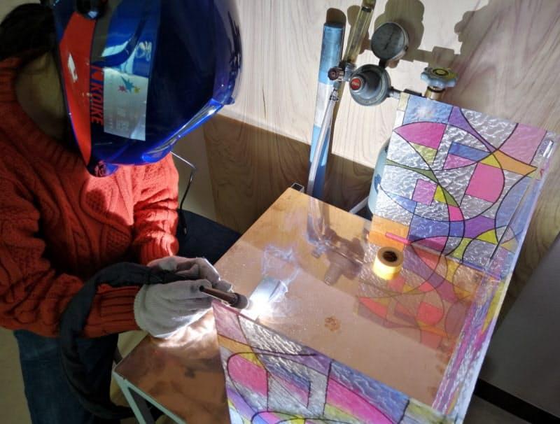 自宅で溶接する「クリエイティブワークス」の市原さん(4月、東京都北区)