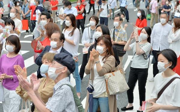 候補者の街頭演説を聞く有権者ら(4日、東京・銀座)