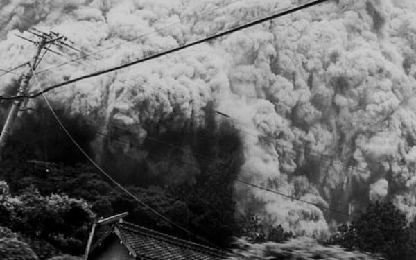 雲仙・普賢岳噴火での猛烈な勢いで山を下る火砕流(1991年6月3日、長崎県島原市)