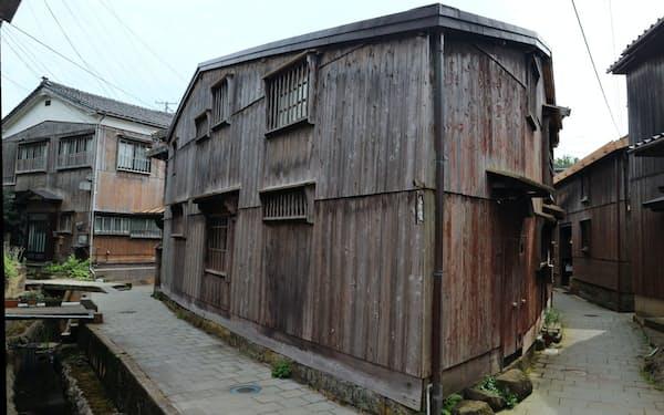 公開民家「三角家」は土地の形状に合わせた三角形の建物(新潟県佐渡市)