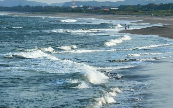 「鴎荘」跡地前に広がる海岸。鴎外が聞いた潮騒は今も変わらない=塩田信義撮影
