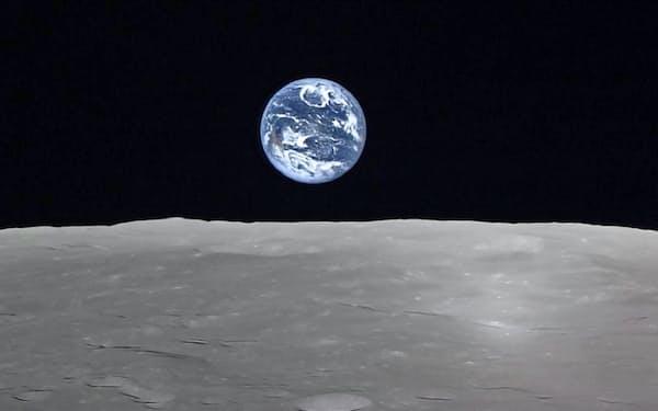 月周回衛星「かぐや」が撮影した「地球の出」(月表面と地球)=JAXA・NHK提供