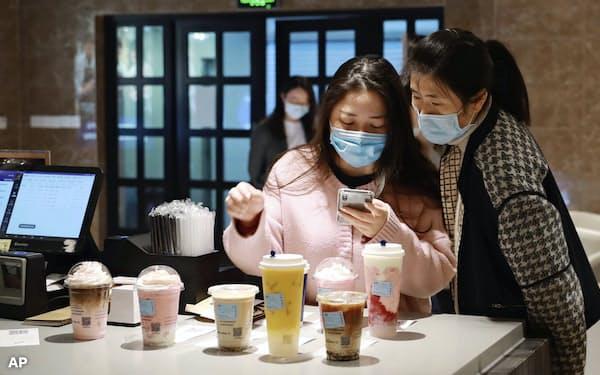 ラッキンの中国での店舗数は19年末時点で4500に達した(上海市内の店舗)=AP