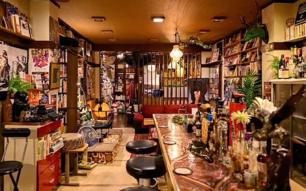 大阪市・天神橋の「週間マガリ」。店内には本やレコードがひしめく
