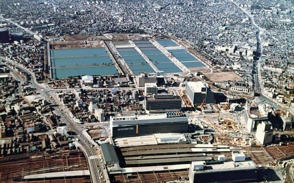 新宿駅(手前)の西側に広がる淀橋浄水場(1965年ごろ、東京都水道歴史館提供)