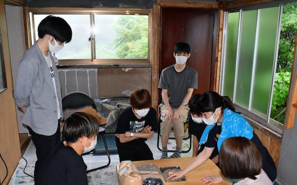 カフェで使うコーヒー豆の焙煎方法を学ぶ東北公益文科大の学生(山形県酒田市のそば店・鳳来)
