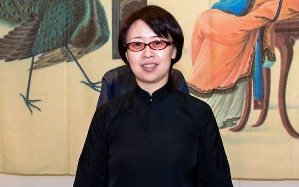 しゃ・れい 66年、中国・上海生まれ。東北芸術工科大准教授。著書に『チャイナドレスをまとう女性たち』など。民族衣装と社会の関係を論ずる。