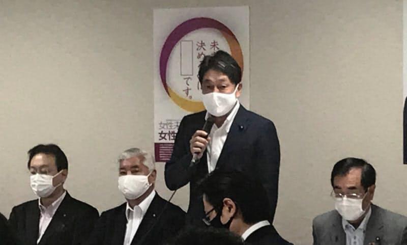 自民党国防部会などの合同会議であいさつする小野寺氏(31日、党本部)