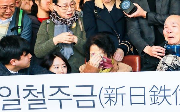 韓国最高裁判決に喜ぶ元徴用工訴訟の原告ら                                                       (2018年10月、ソウル)
