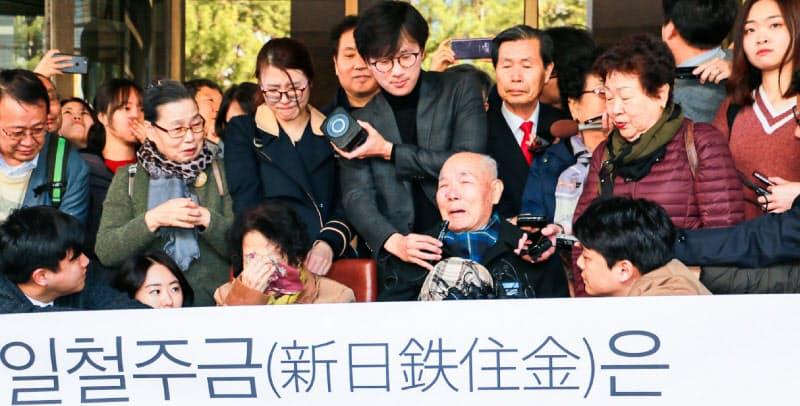 日本企業に賠償を命じた韓国最高裁判決に喜ぶ原告団(18年10月、ソウル)