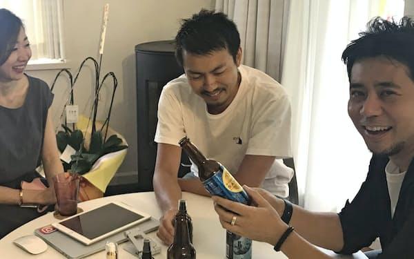 長谷川晋氏(右)が立ち上げたMOON-XはD2C方式で商品を販売する