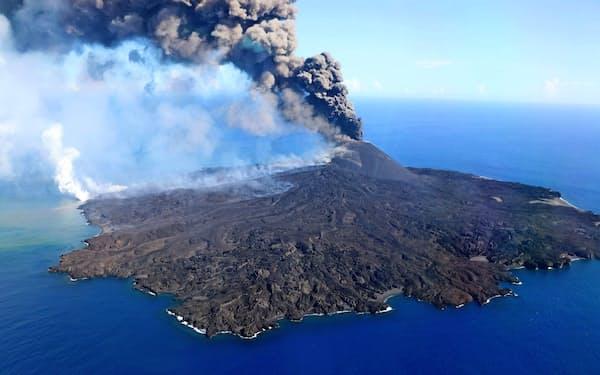 噴煙を上げる西之島=海上保安庁提供