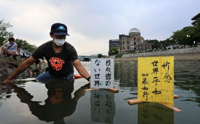 原爆ドーム前の元安川に流された灯籠(6日、広島市)=代表撮影