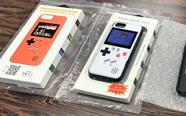 押収したスマートフォンケース型の海賊版ゲーム機(7月、大阪府警本部)