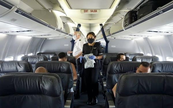 旅客急減は航空業界の従業員の雇用を脅かす(7月、米ニュージャージー州の機内)