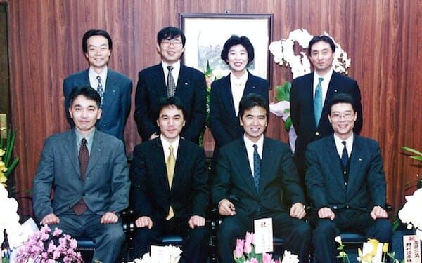 上場を目指して発足した運営部の部長を務めた(上段左端が本人)