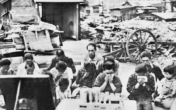 終戦を告げるラジオを聞く人々。この8月15日が日本の終戦記念日となった(1945年)