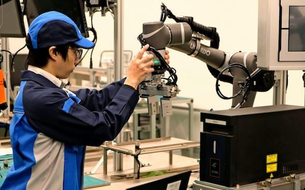 オムロンは世界37カ所のオートメーションセンターに顧客を招き、生産ラインを再現する