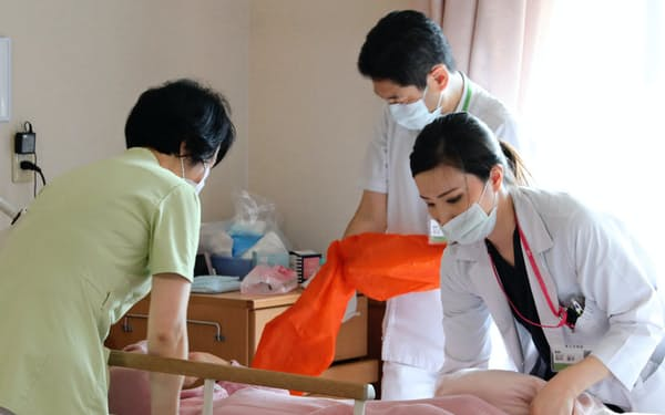 福岡市の原土井病院は週1回、医師らのチームが床ずれの患者を診て回る(7月)=同院提供