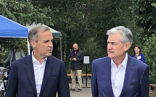 中銀関係者らが意見交換する貴重な機会となってきた(2019年8月、会場近くで話すパウエルFRB議長(右)とカーニー英イングランド銀行総裁、肩書は当時)