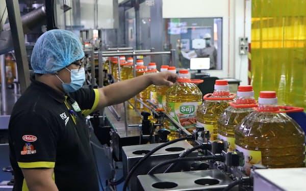 FGVの主力食用油「サジ」の売れ行きは好調だ(ジョホール州パシル・グダン)