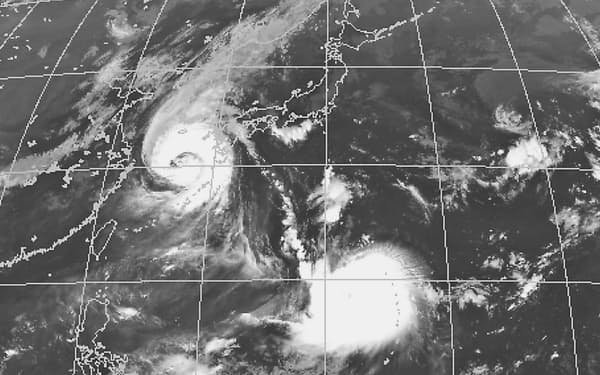 気象衛星の2日午前9時の画像。台風9号の東側にも発達した雲がある。中央の大きな雲の塊は1日夜に発生した台風10号=気象庁提供