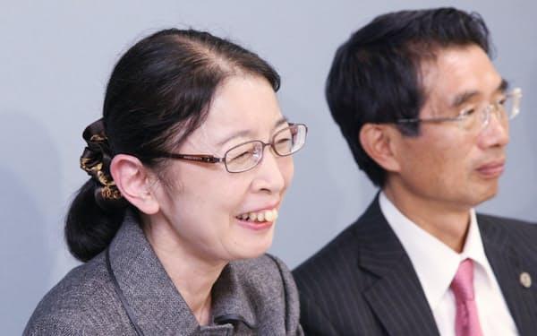 無罪判決後に記者会見で笑顔を見せる村木厚子氏(左)ら